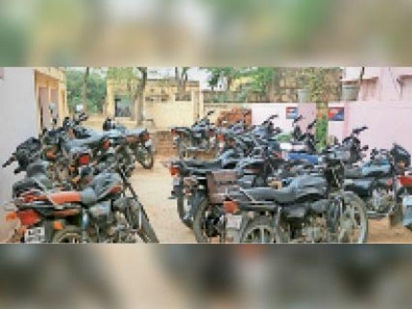 श्रीमहावीरजी ग्रामीण रेड अलर्ट जन अनुशासन पखवाड़े में गाइड लाइन का पालन नहीं करने पर  पुलिस द्घारा  जप्त किए वाहन। - Dainik Bhaskar