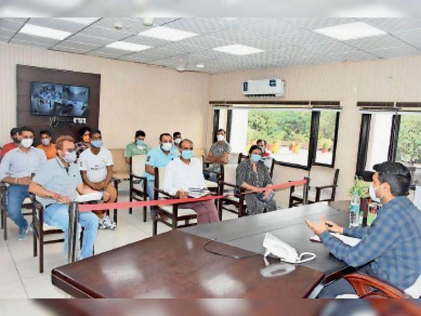 लघु सचिवालय में एंबुलेंस संचालकों के साथ मीटिंग कर निर्देश देते हुए। - Dainik Bhaskar