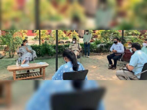 कुरुक्षेत्र   जिलास्तरीय कोरोना संकट निगरानी कमेटी की बैठक लेतीं डीसी बराड़। - Dainik Bhaskar