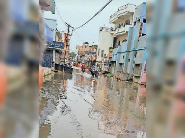 सूड़ी स्कूल चौक पर लगा पानी। - Dainik Bhaskar