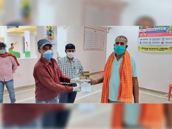 जीएनएम गर्ल्स हॉस्टल से ठीक हुए मरीज को डिस्चार्ज करते स्वास्थ्य कर्मी। - Dainik Bhaskar