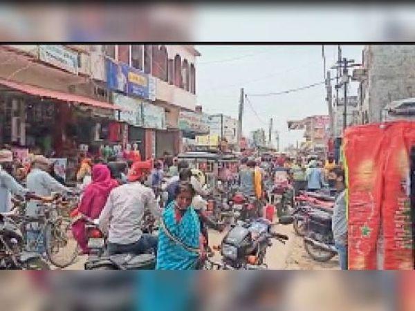 सुगौली बजार में दोपहर ग्राहकों की भारी भीड़। - Dainik Bhaskar