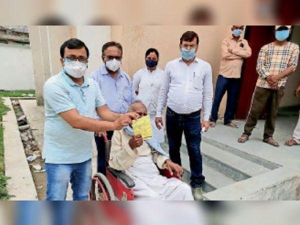 अरेराज अनुमंडलीय डेडिकेटेड कोविड हेल्थ सेंटर से डिस्चार्ज करते डॉक्टर। - Dainik Bhaskar