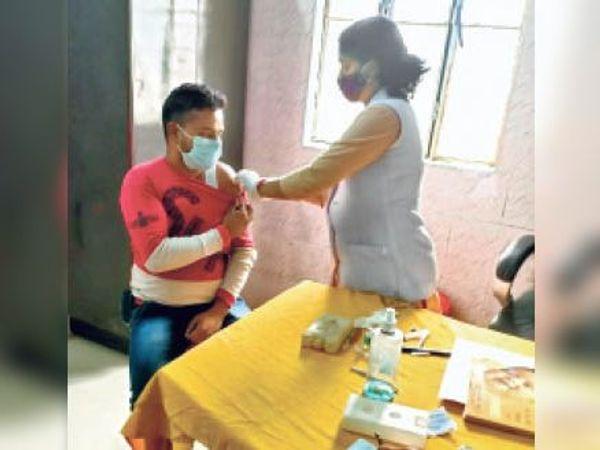 आदापुर पीएचसी में वैक्सीन लेते विद्युतकर्मी। - Dainik Bhaskar