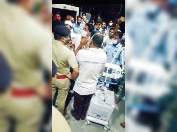 गुड़गांव. नलहड़ मेडिकल कॉलेज में विरोध प्रदर्शन करते लोग। - Dainik Bhaskar