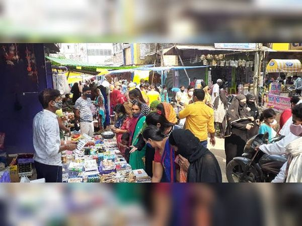 खरीदारी को लेकर बाजार में उमड़ी भीड़। - Dainik Bhaskar