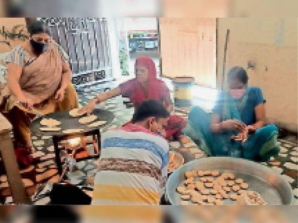 रेवाड़ी में कोरोना पीड़ितों व उनके परिजनों की मदद के लिए खाना बनाते हुए। - Dainik Bhaskar