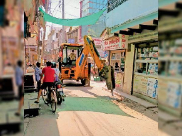 कुंज गली में पेयजल लाइन बदलने के लिए जेसीबी से शुरू कराया काम। - Dainik Bhaskar