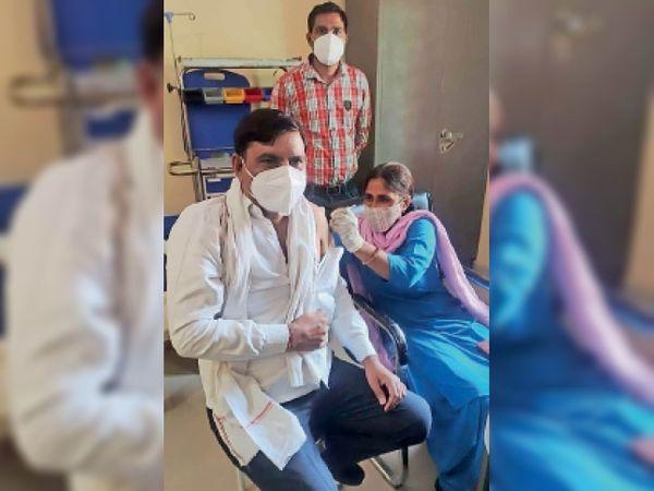टीकाकरण कराते कांग्रेसी नेता महावीर मसानी। - Dainik Bhaskar