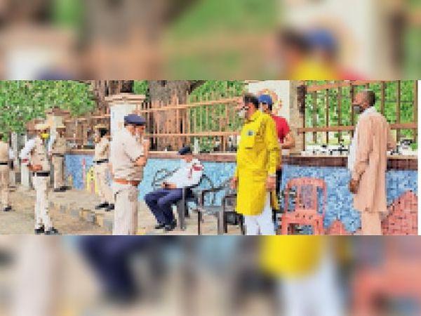 पुलिस कर्मचारियों को बकरी का दूध पिलाते हुए। - Dainik Bhaskar