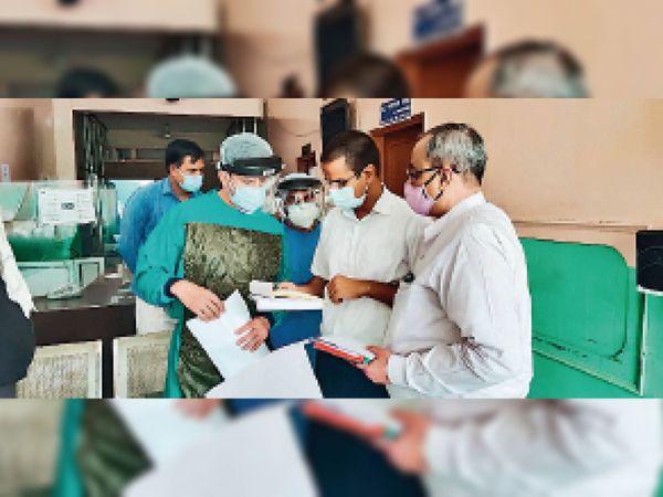 शहर में निजी अस्पताल का औचक निरीक्षण कर बिल बुक जांचते एडीसी उत्तम सिंह और मरीजों के परिजनों से हालचाल जानते। - Dainik Bhaskar