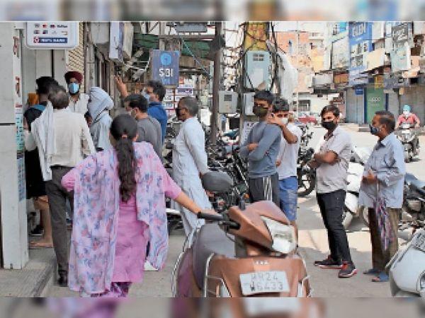 किराना की दुकानों पर सोशल डिस्टेंस की धज्जियां उड़ाते लोग। - Dainik Bhaskar