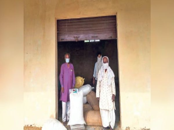 पैक्स पर गेहूं की बिक्री करते किसान। - Dainik Bhaskar