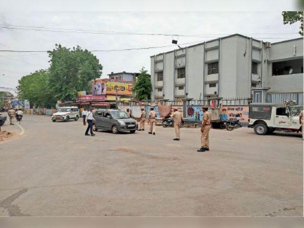 टोंक|घण्टाघर चौराहे पर बिना कारण बाजार में घूमने वाले लोगों को पूछताछ करते हुए पुलिस। इस दौरान एडीएम एम एल शर्मा, ए एसपी सुभाष मिश्रा एवम डीएसपी चन्द्र सिंह रावत भी मौजूद रहे। - Dainik Bhaskar