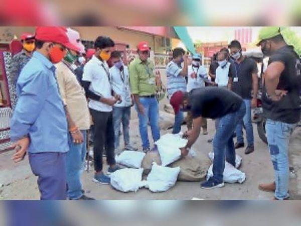 टोंक|नगर परिषद की टीम की ओर से शास्त्री नगर में गश्त के दौरान जब्त गुटखों के बोरे और कट्टे। - Dainik Bhaskar