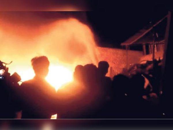 टोंक| आग को बुझाते दमकल कर्मी। - Dainik Bhaskar