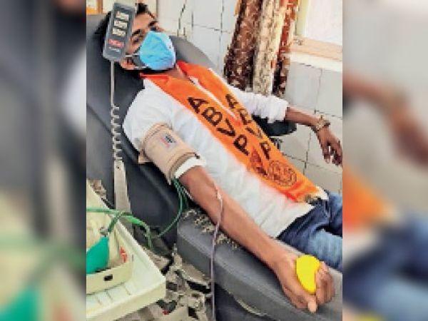 टोंक| सआदत अस्पताल में रक्तदान करते एबीवीपी कार्यकर्ता। - Dainik Bhaskar