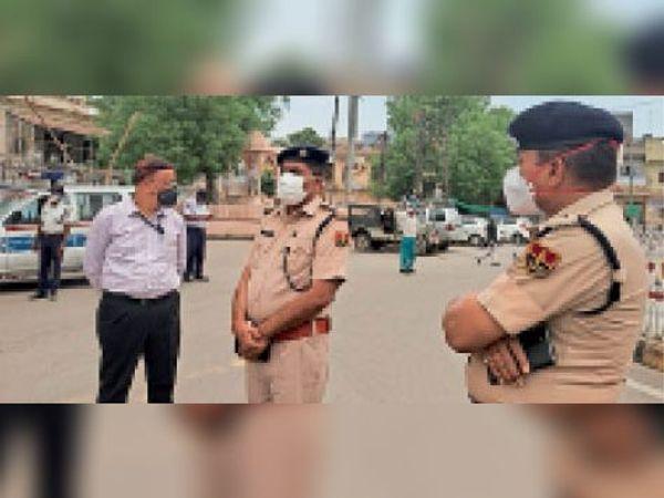 टोंक| घंटाघर चौराहे पर बिना कारण घूमने वाले लोगों से पूछताछ करती पुलिस। - Dainik Bhaskar