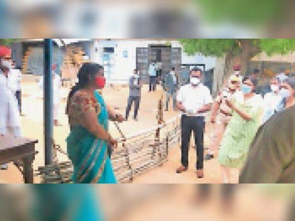 माेर| कोरोना संक्रमित कल्याणपुरा गांव का निरीक्षण करती कलेक्टर व अन्य अधिकारी। - Dainik Bhaskar