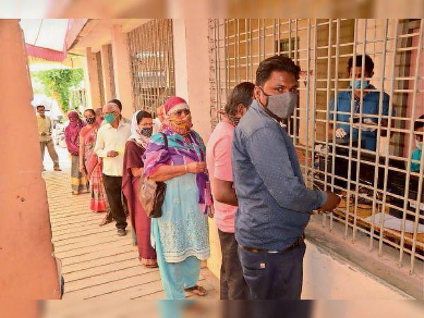 शासकीय कन्या स्कूल में बने सेंटर पर वैक्सीनेशन कराने पहुंचे लोग। - Dainik Bhaskar