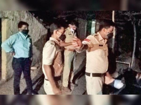 सूचना मिलने पर गांव में शादी रुकवाने पहुंची पुलिस टीम। - Dainik Bhaskar