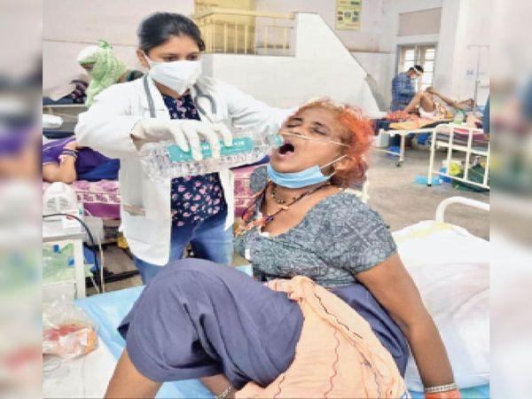 योद्धा भी और सेवक भी: अस्पताल के कोरोना वार्ड में भर्ती मरीजों के इलाज के साथ उनकी इस तरह सेवा कर रहा नर्सिंग स्टाफ। - Dainik Bhaskar