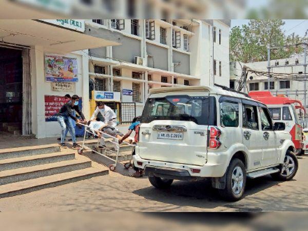 जिला अस्पताल में शव वाहन एक ही है। ऐसे में कोरोना के अलावा अन्य कारणों से मौत पर शव जाने में परेशानी होती है। निजी वाहनों से शवों को ले जाना पड़ रहा है। - Dainik Bhaskar