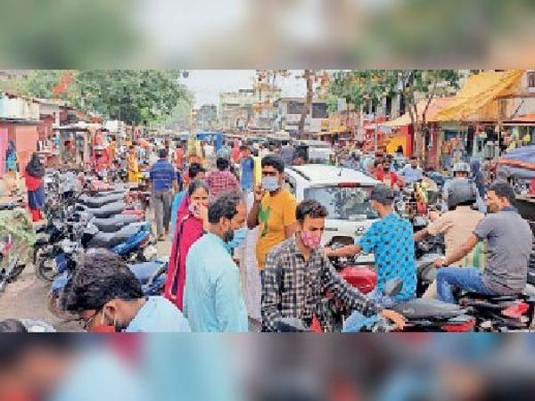 मंगलवार को लॉकडाउन की घोषणा के बाद बाजार में खरीदारी के लिए उमड़ी लोगों की भीड़। - Dainik Bhaskar