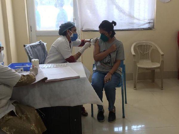 ग्वालियर में वैक्सीन का पहला डोल 30 वर्षीय रितु को लगाया गया। - Dainik Bhaskar