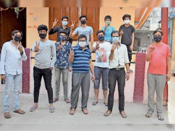 वैक्सीनेशन के लिए पहुंचे शहरवासी। - Dainik Bhaskar