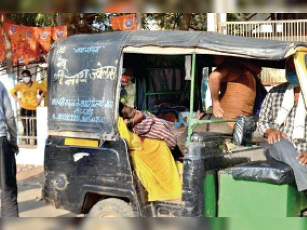 दमोह। जिला अस्पताल के प्रीकोविड वार्ड में मरीज की मौत होने पर परिजन ले जाते हुए। - Dainik Bhaskar