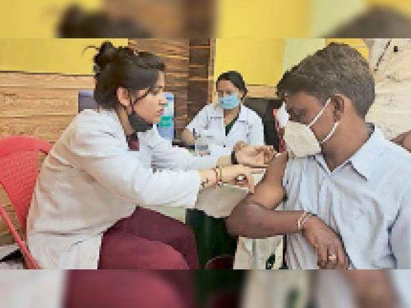 वैक्सीन का चल रहा कार्य। - Dainik Bhaskar