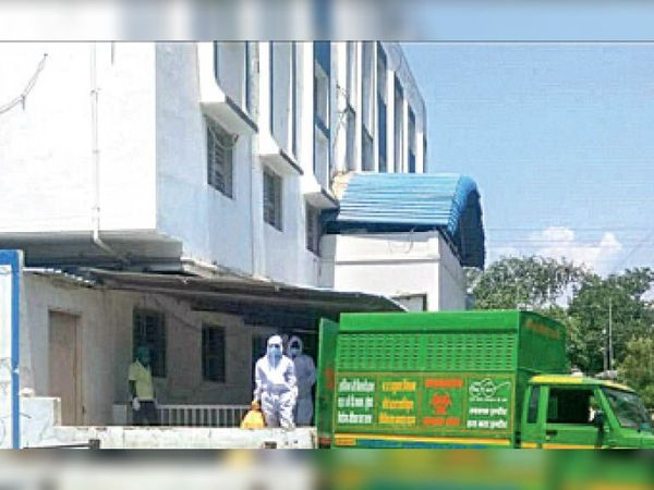 संस्कार अस्पताल का निरीक्षण करने पहुंची टीम जहां गाड़ी कचरा लेने के लिए आई थी। - Dainik Bhaskar