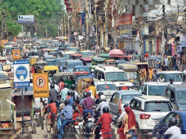 बाजार की ओर दौड़े लोग, अशोक राजपाथ पर लगा जाम - Dainik Bhaskar