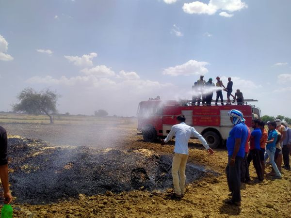 भूसे  में  लगी आग को बुझाती  फायर ब्रिगेड। - Dainik Bhaskar