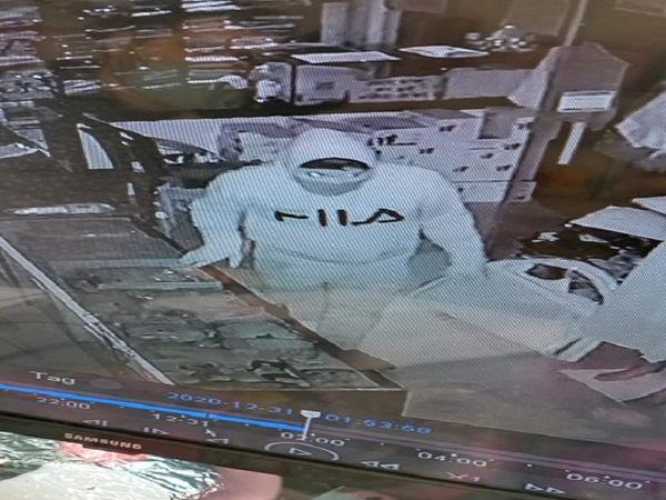 चोरी के आरोपी रिंकु मौर्या सीसीटीवी कैमरे में कपड़े की दुकान में चोरी करते दिख रहे हैं।