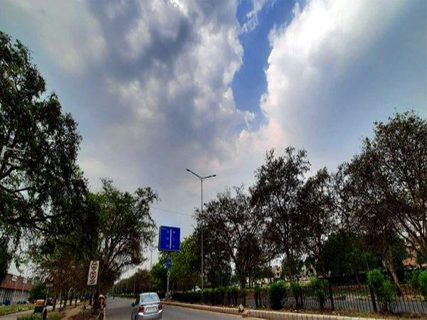 शहर में आज आकाश में बादल छाए हु� - Dainik Bhaskar