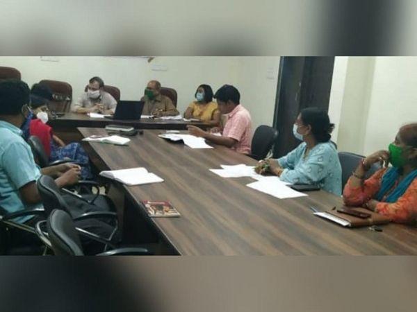 CMHO स्वास्थ्य कर्मियों का बैठक लेते रहे। बेमेतरा, नवागढ़, साजा और बेरला के स्वास्थ्य केंद्र का दौरा किया। जिला अस्पताल में ट्रूनॉट सेंटर लैब और कोविड सेंटर का निरीक्षण भी किया।