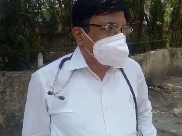 डॉ।  गुप्ता बोले- ऊपर बिस्तर खाली नहीं था।  क्रिटिकल रोगी के लिए हाउसकीपिंग स्टाफ तैयारी कर रहा था।  सीरियस मरीज को गेट पर लाकर खड़े हो जाएंगे तो उनकी गलती है।