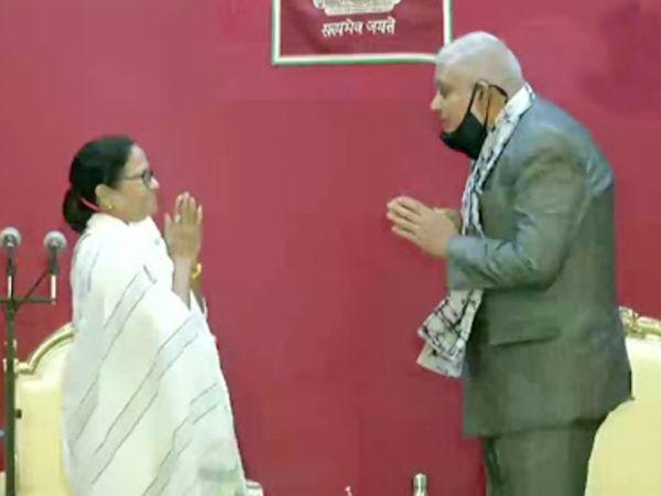 ममता बनर्जी ने बुधवार सुबह 10:50 बजे तीसरी बार बंगाल के मुख्यमंत्री पद की शपथ ली। इसके बाद राज्यपाल जगदीप धनखड़ ने उन्हें शुभकामनाएं दीं।