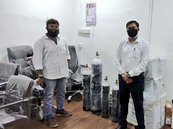 चिनू(बाएं) ने 12 लोगो की एक टीम बनाकर यह काम शुरू किया है। टीम के 8 सदस्य लोगों की कॉल अटैंड करते हैं और 4 लोग ऑक्सीजन की सप्लाई करते हैं। - Dainik Bhaskar