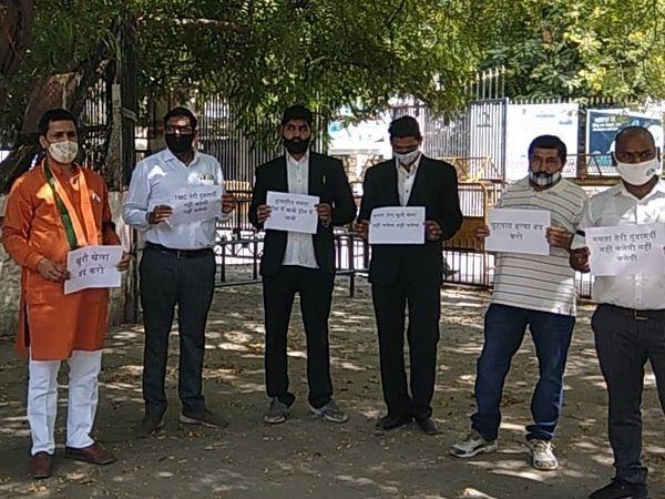 बंगाल हिंसा के विरोध में कलेक्ट्रीपर प्रदर्शन करते बीजेपी कार्यकर्ता - Dainik Bhaskar