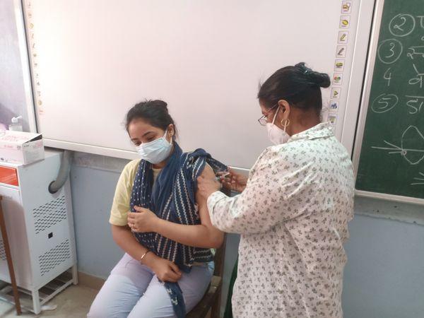 टीका लगवाती साक्षी ठाकुर।