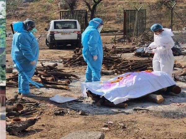 मोक्ष संस्था द्वारा शव का अंतिम संस्कार करते हुए।