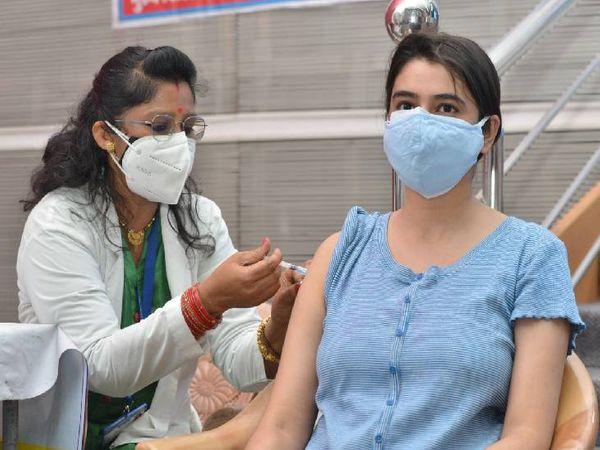 युवतियों में शुभांगी ने लगवाया पहला टीका।