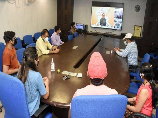 सीएम शिवराज सिंह से वीडियो कांफ्रेंस पर बात करते हुए शिवांगी व शुभम।