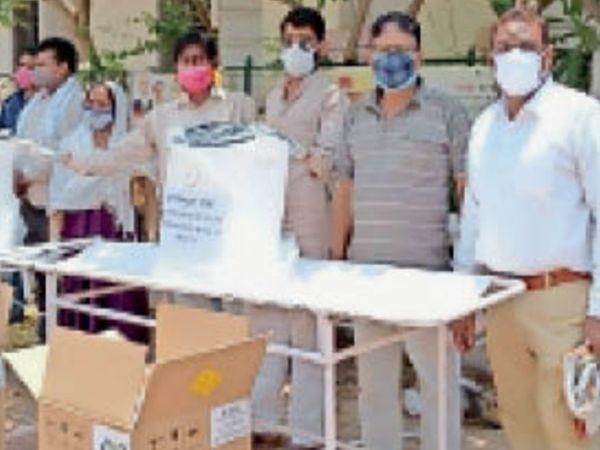 खजुराहो| मशीनें खरीदकर सांसद ने क्षेत्र की सभी अस्पतालों को भेजी । - Dainik Bhaskar