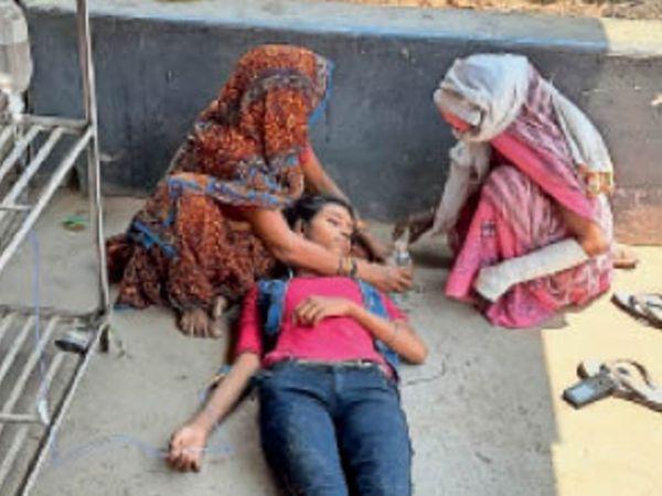 बीमार किशोरी को सड़क किनारे ड्राप लागकर इलाज करते हुए। - Dainik Bhaskar