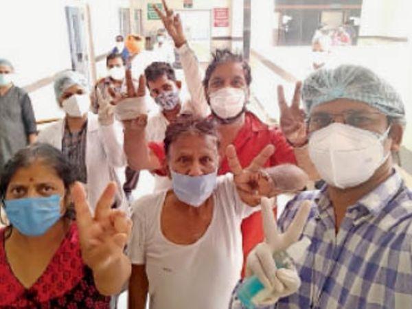 कोरोना पर जीत के बाद उत्साहित घर जाने वाले लोग। - Dainik Bhaskar