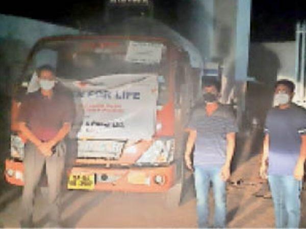 छतरपुर रात में ऑक्सीजन लिक्विड लेकर छतरपुर के महोबा प्लांट पहुंचा टैंकर। - Dainik Bhaskar
